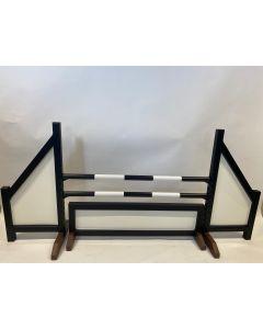 Przeszkoda czarna (zamknięta) w komplecie z dwoma drążkami do skakania, 4 wspornikami do zawieszania i czarnym ogrodzeniem przeszkodowym