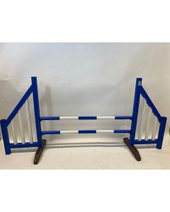 Przeszkoda niebieska (otwarta) w komplecie z dwoma drążkami do skakania i 4 wspornikami do zawieszenia