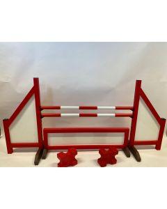 Przeszkoda czerwona (zamknięta) w komplecie z dwiema belkami do skakania, 4 wspornikami do podwieszania, ogrodzeniem przeszkodowym i 2 blokami cavaletti