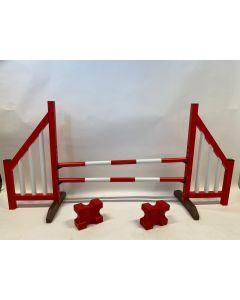 Przeszkoda czerwona (otwarta) w komplecie z dwoma belkami do skakania, 4 wspornikami do podwieszania i 2 blokami cavaletti