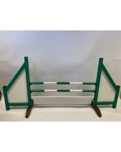 Zielona przeszkoda (zamknięta) w komplecie z 2 belkami do skakania, 6 wspornikami do zawieszania i tablicą przeszkód
