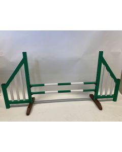 Zielona przeszkoda (otwarta) w komplecie z dwoma belkami do skakania i 4 wspornikami do podwieszania